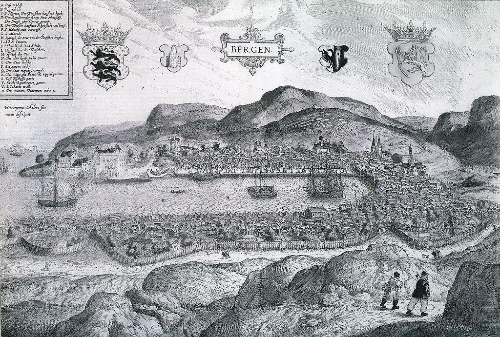 Tegnet kart som viser gamle Bergen med en liten husklynge rundt Vågen og seilskuter. Faksimile.