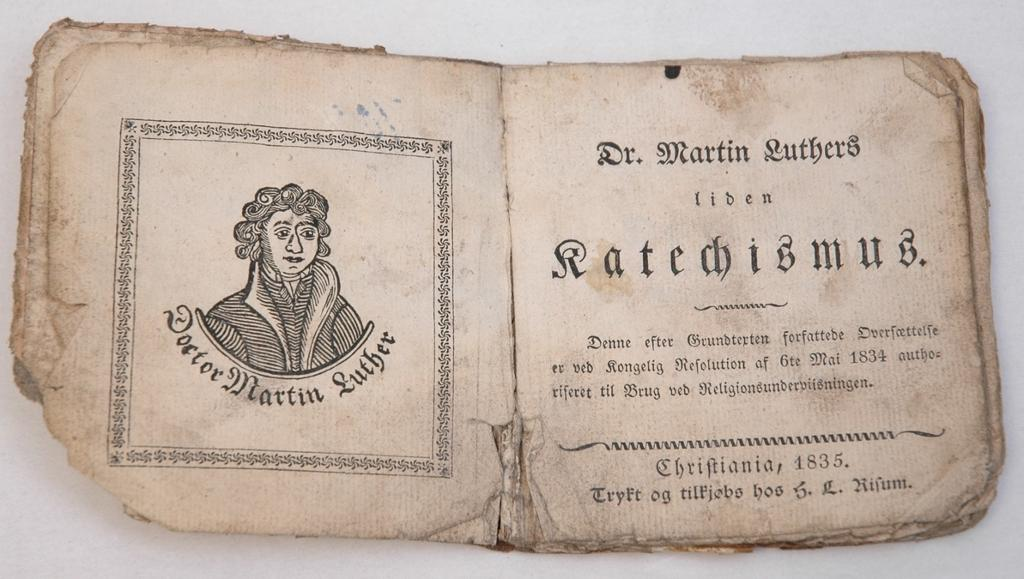 Tittelside for en 1835-utgave av Martin Luthers lille katekisme. Foto av gjenstand.