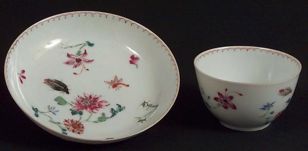 Kopp og skål av kinesisk porselen. Foto av gjenstander.