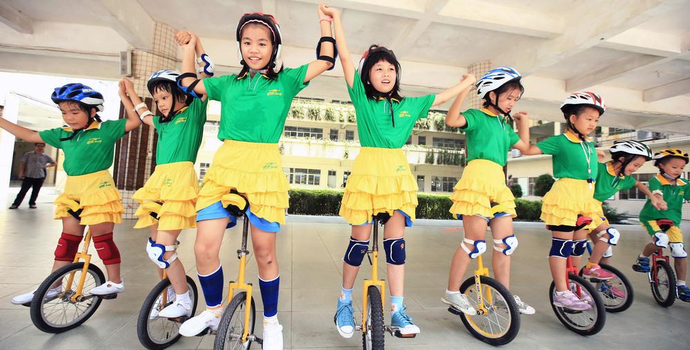 Kinesiske barn på unisykkel. Foto.