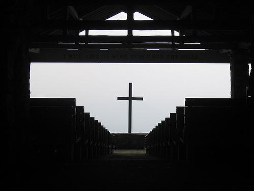 Innsiden av en liten kirke. Foto.