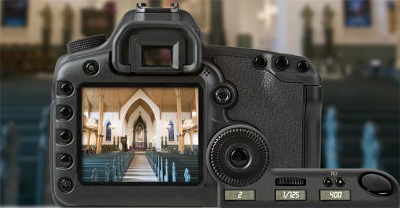 Speilreflekskamera med innstilling blenderverdi 2, lukkertid 1/125 sekund og ISO-verdi 400. Foto.