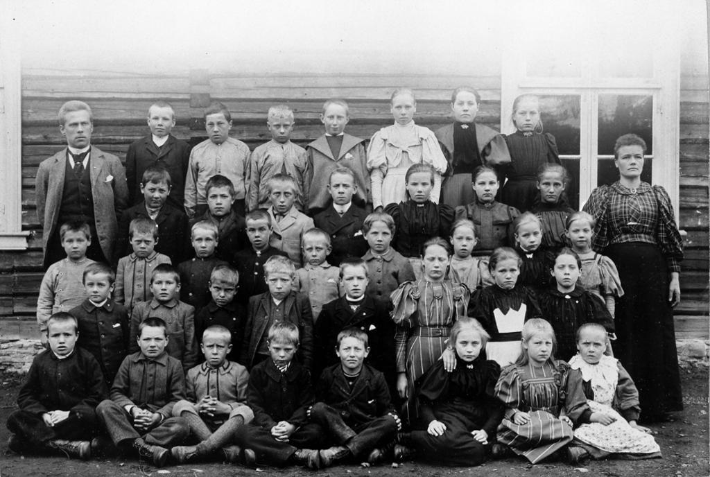 Klassebilde fra Sokkunna skole i Stor-Elvdal. Det er både gutter og jenter på skolen på 1890-tallet. Foto.