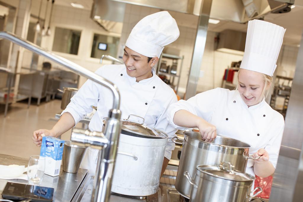 To kokker arbeider på kjøkkenet. Foto.