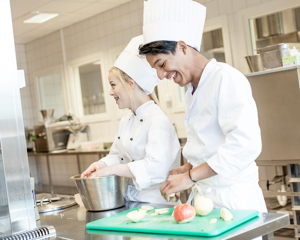 To kokker arbeider på kjøkenet. Foto.