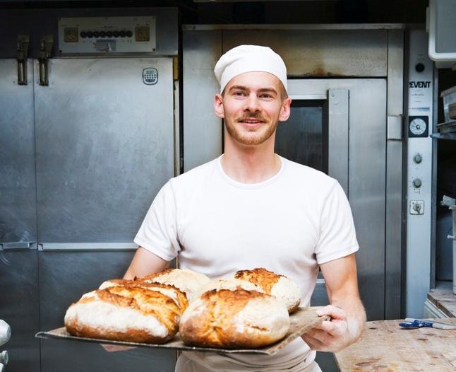 Baker med brød. Foto.