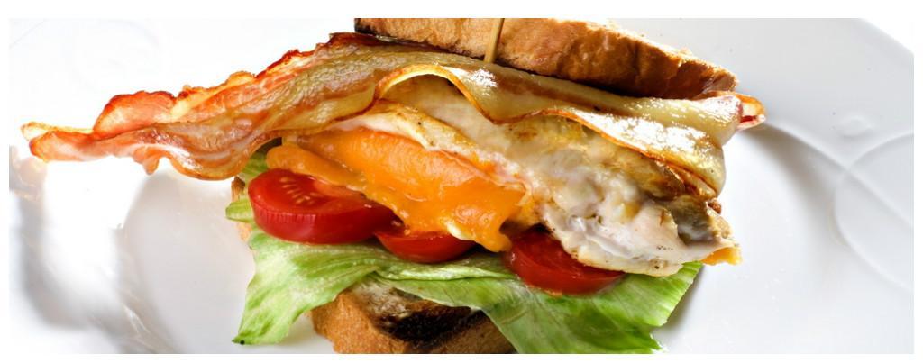 Sandwich med egg og bacon. Foto.