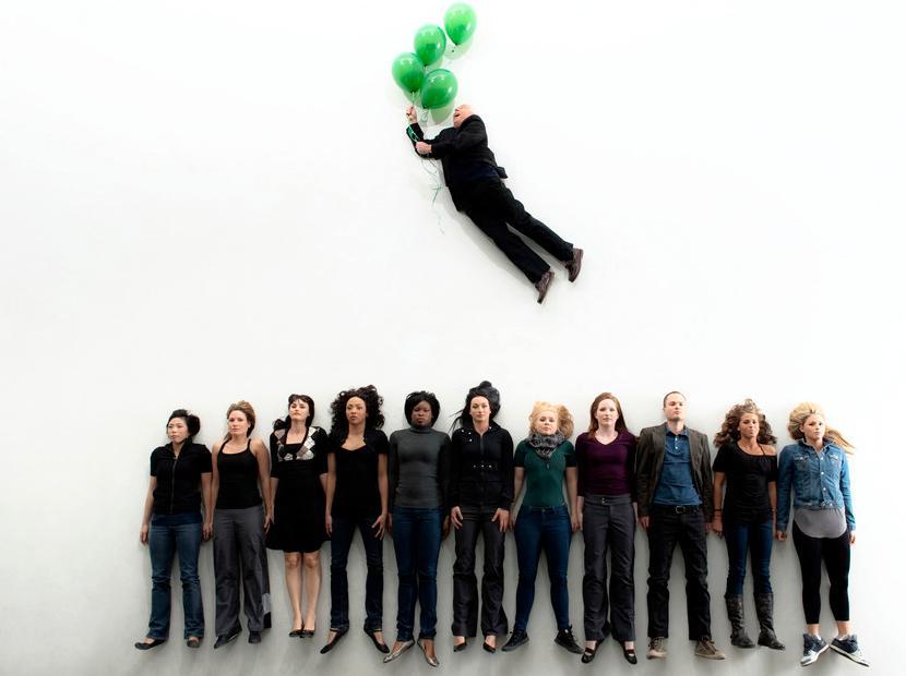 En medarbeider med grønn ballong svever over sine kollegar. Illustrasjon.