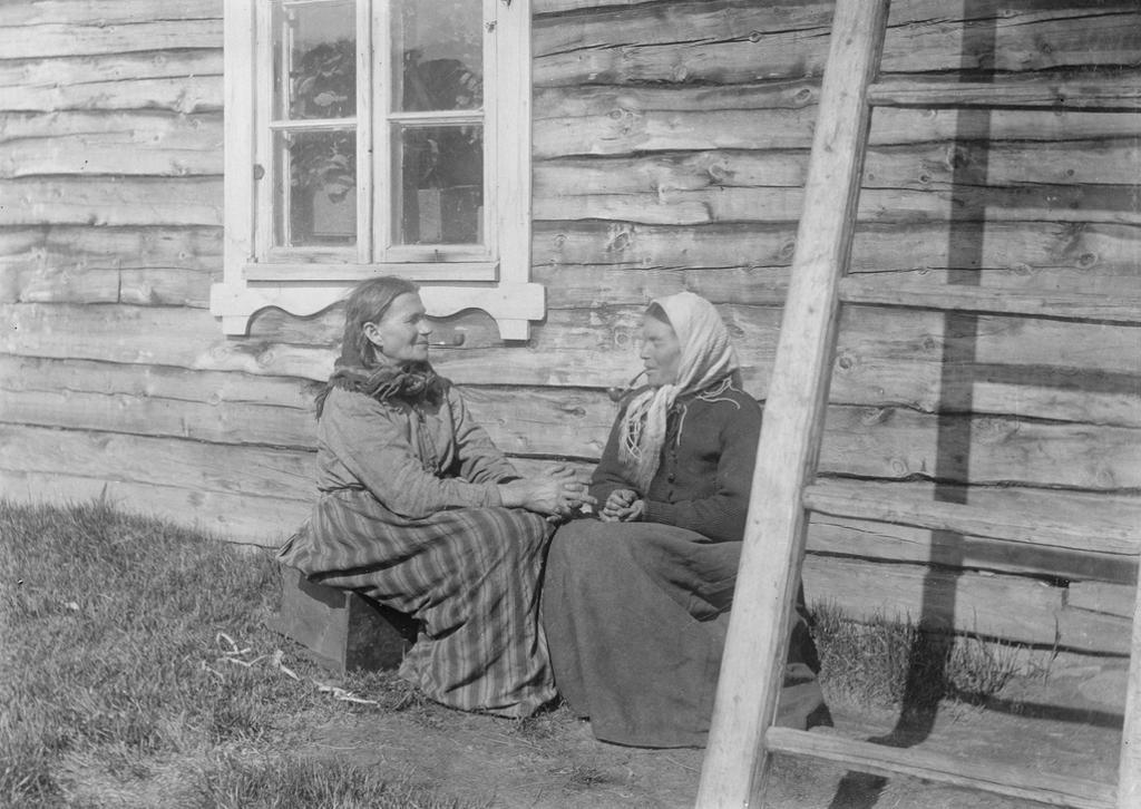 Kvenkonene Grete Kersilæ og Lisa Riesto utenfor Aron Wartianens hus i Neiden. Foto.