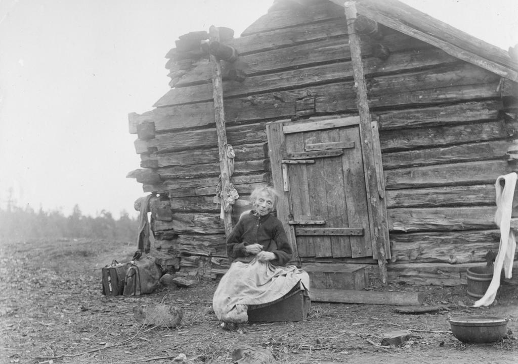 "Den kvenske kona Kristine Ärillä ved Nautsjokki i Pasvik i 1902, 106 år gammel. Ärilla kalles ""Laiti-mor"" og er regnet som stammor til den kvenske befolkningen i Pasvik. Foto."