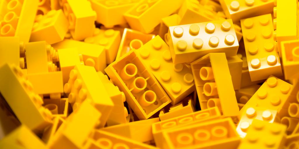Dunge med gule legoklosser. Foto.