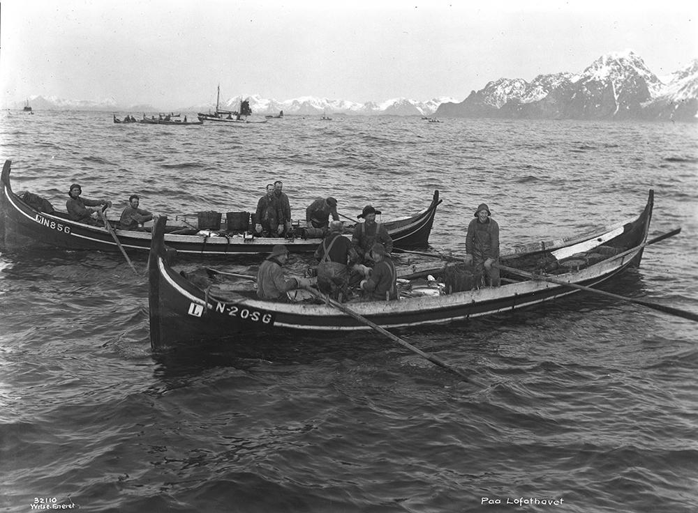 Bildet er i sort-hvitt og viser båttypen åttring.