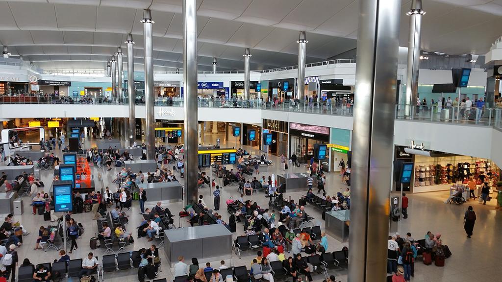 Jïjnjh almetjh girtie-sijjesne Heathrow. Foto.