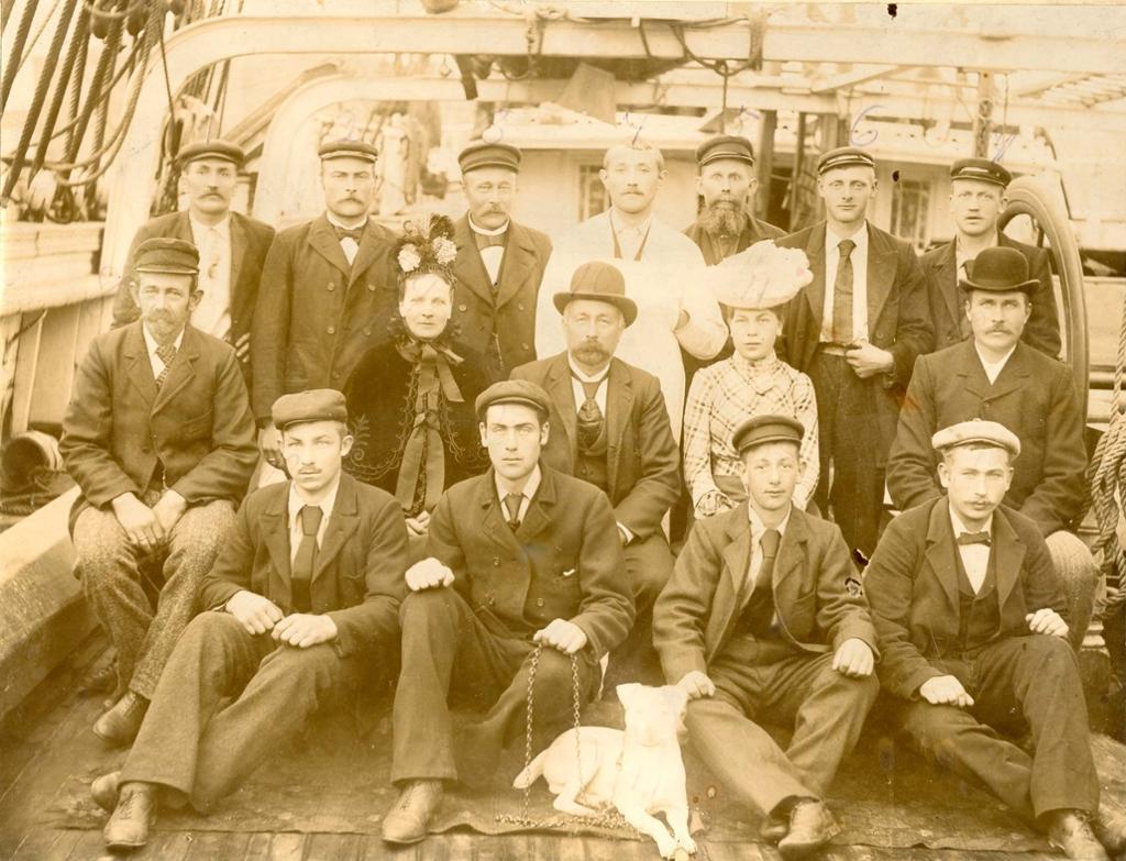 Mannskap på båt i 1901. Foto.
