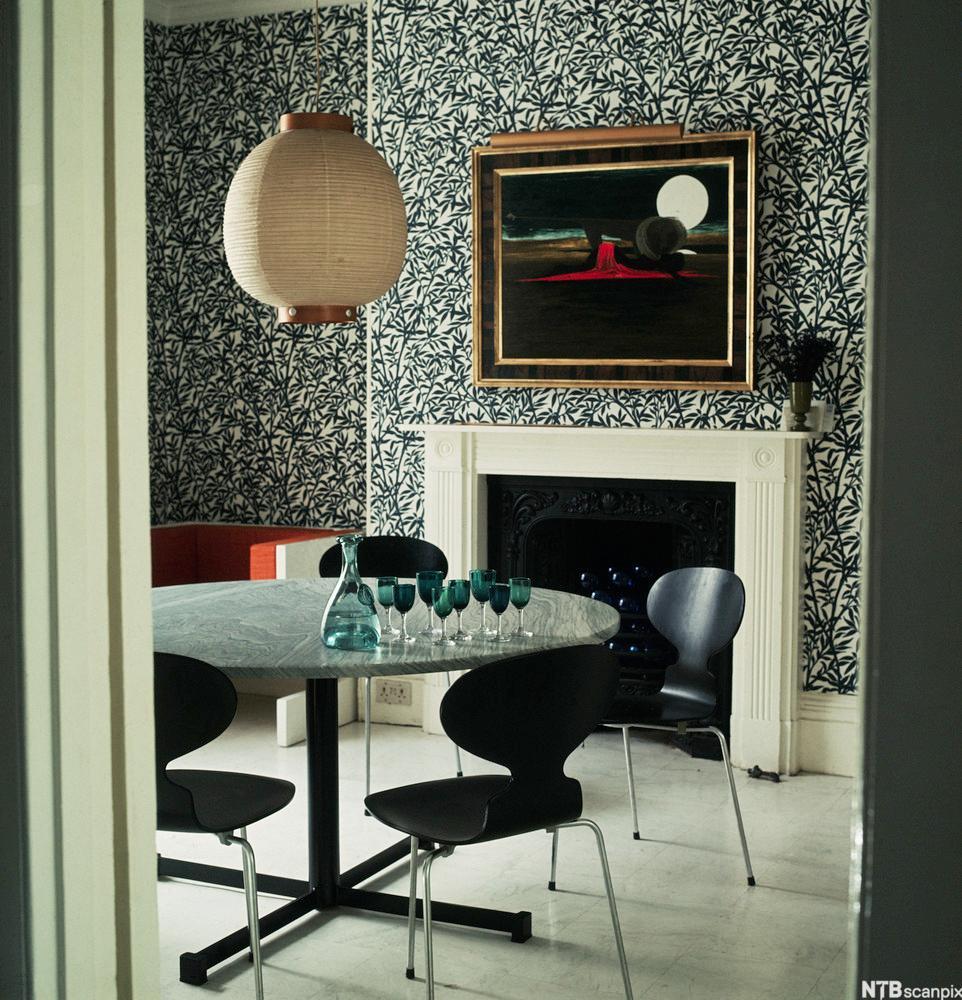 Interiør med stolen Mauren som er designa av Arne Jacobsen. Foto