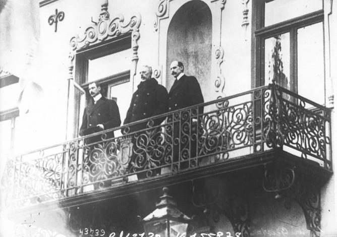 Det såkalte trekongemøtet i Malmø i desember 1914. Stående på en blakong er kong Haakon VII av Norge, kong Gustav V av Sverige og kong Christian X av Danmark. Foto.