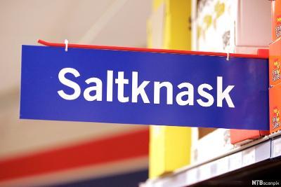 Skilt i butikk med ordet saltknask. Foto.
