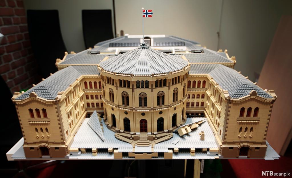 LEGO-modell av Stortinget. Foto.