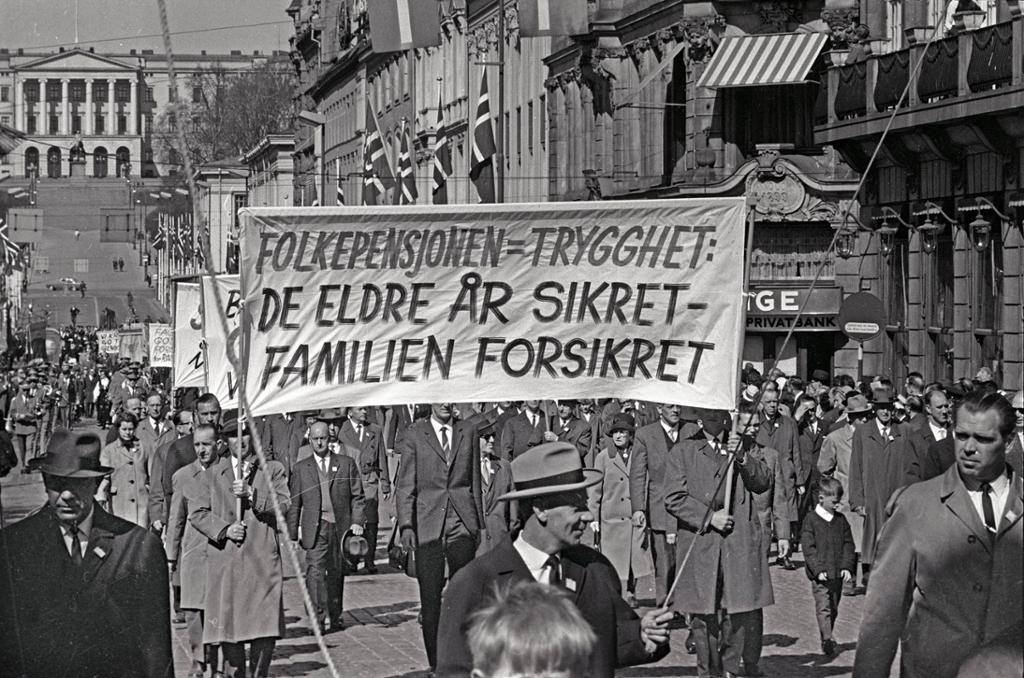 Folkemasser i tog på Karl Johan med slagord om velferdsstaten. Foto.