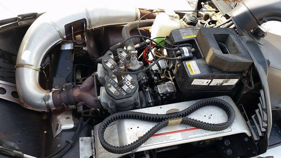 Motor i ein snøscooter. Foto.