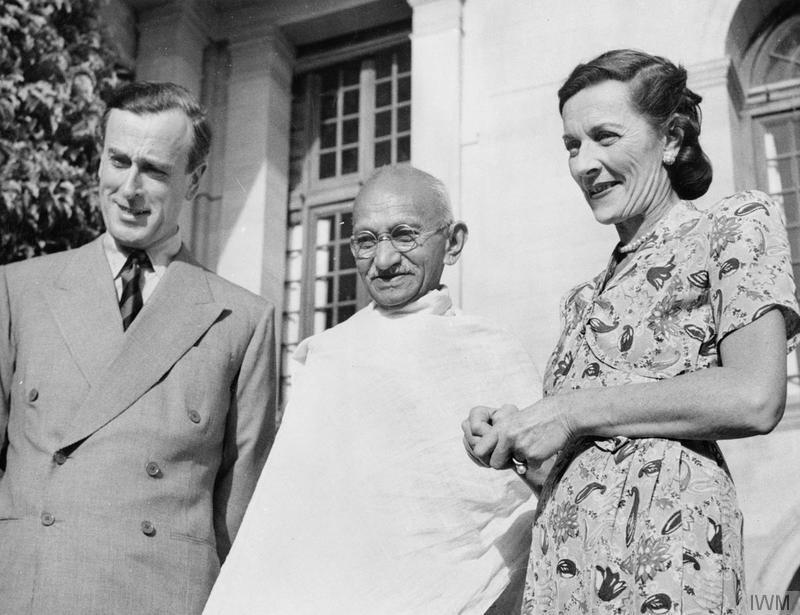 Den siste britiske visekongen av India, Lord Mountbatten og hans kone sammen med Mahatma Gandhi i 1947. Foto.