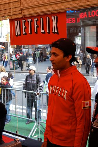 Mann som ser på Netflix. Foto.