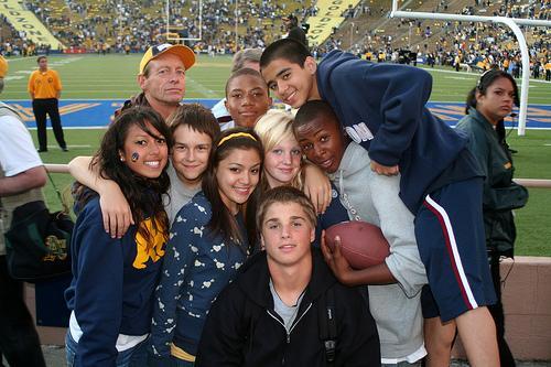 Ungdommer fra forskjellige kulturer på fotballkamp. Foto.