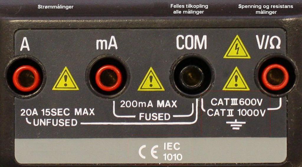 Når vi skal bruke multimeteret skal den svarte kabelen alltid stå i den svarte COM-porten. Ved spenningsmåling skal den røde kabelen stå i porten til høyre (V/Ω). Foto.