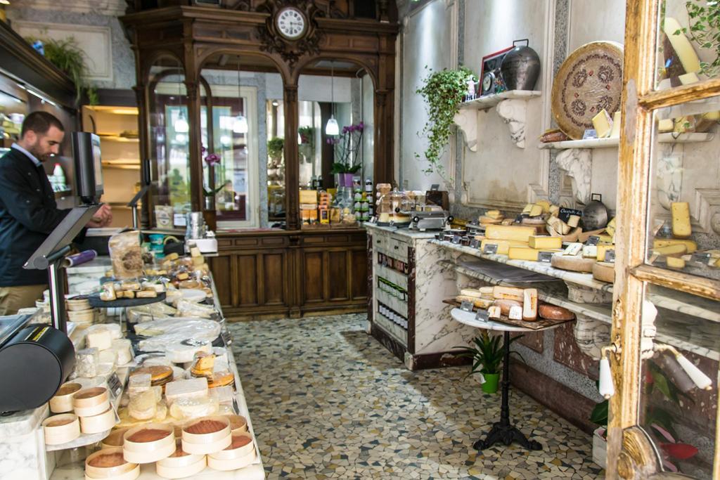 Butikklokale med oster i mange varianter.foto.