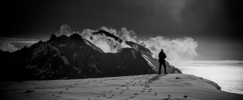 Landskapsbilde fra Lofoten. Utsikt til fjell med skyer. Foto.