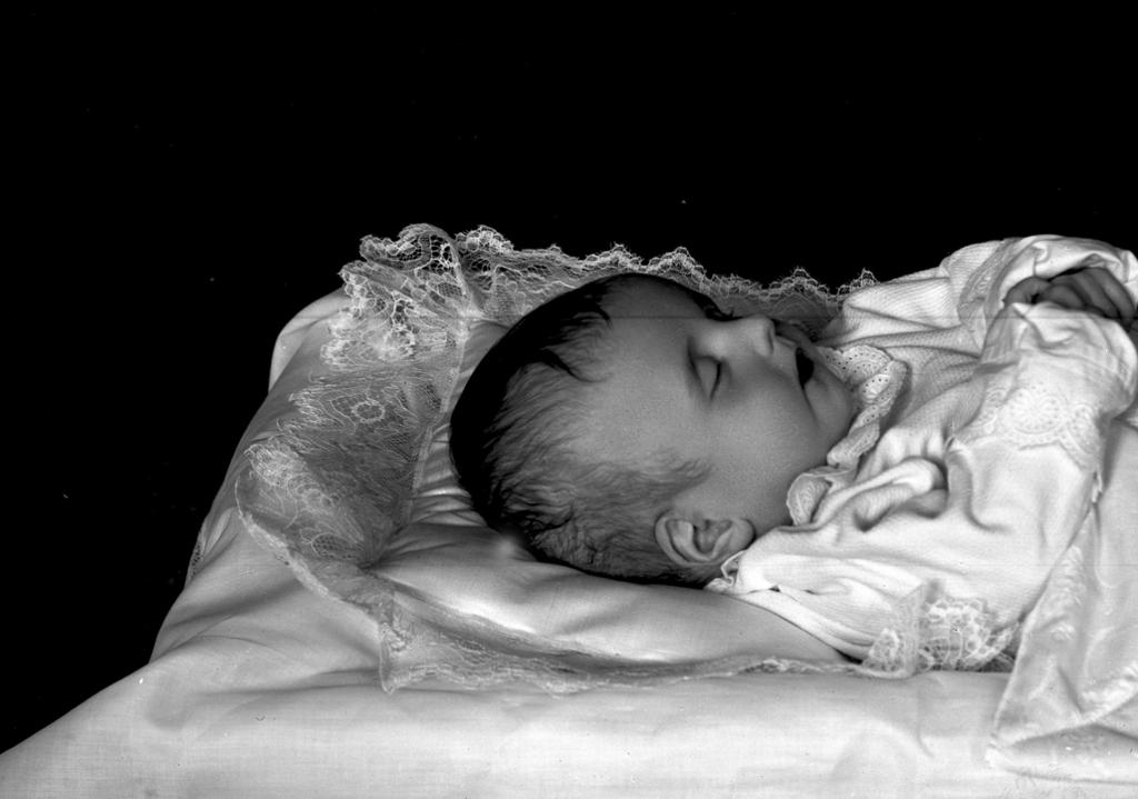post mortem-fotografi av dødt barn. Foto.