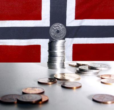 Mynter foran et norsk flagg. Foto.
