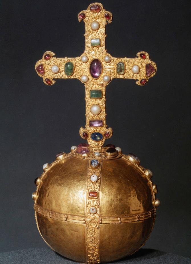 En kule i gull med et kors oppå, som er dekorert med edelstener. Foto.