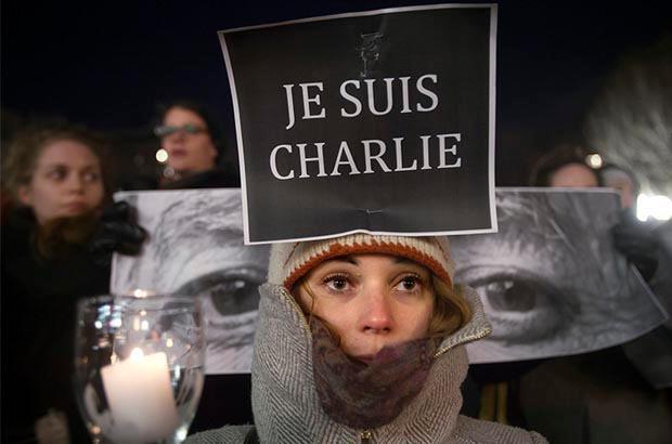 Jente markerer sin støtte til ytringsfriheten etter terrorangrepet på satiremagasinet Charlie Hebdo. Foto.