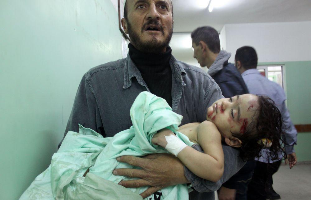 En far kommer med et såret barn til sykehus i Gaza