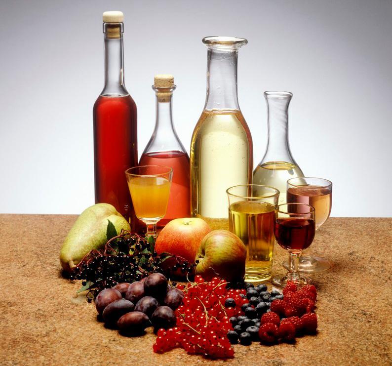 Epler til produksjon av vin og fruktvin på bordet.
