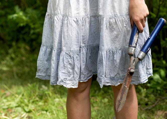 Kvinne med hagesaks. Foto.