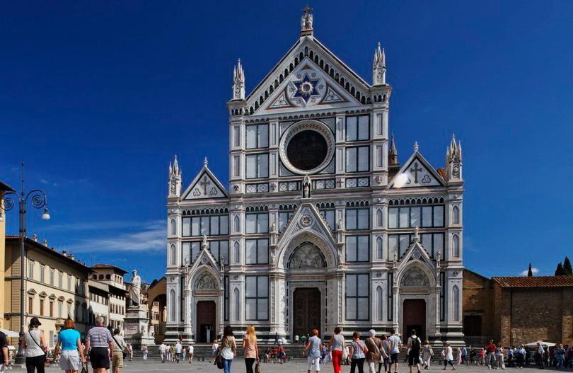 Basilica Santa Croce, en hvit kirke, med mange mennesker foran. Foto.