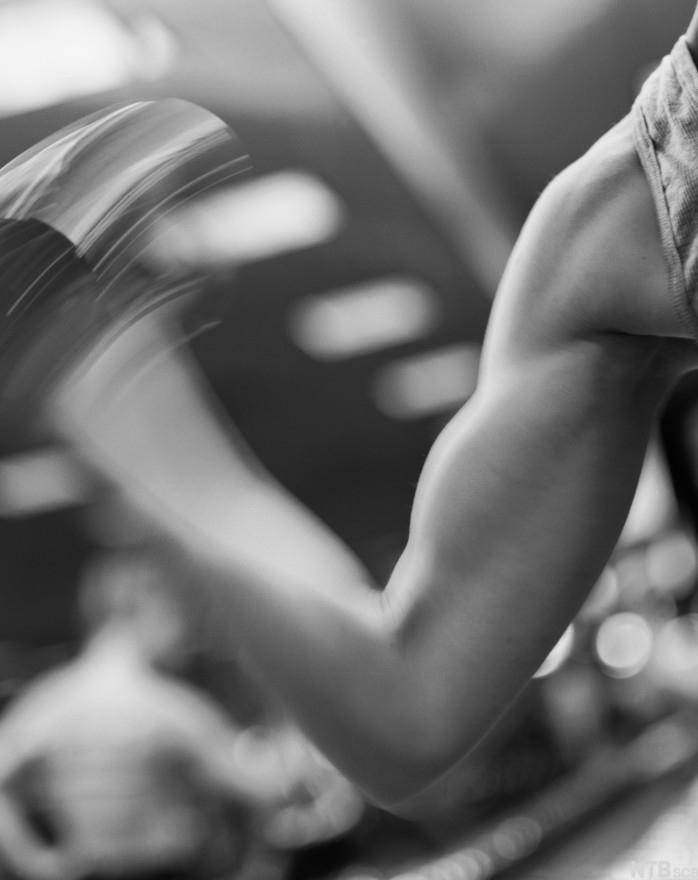 Løfter vekter på treningsenter