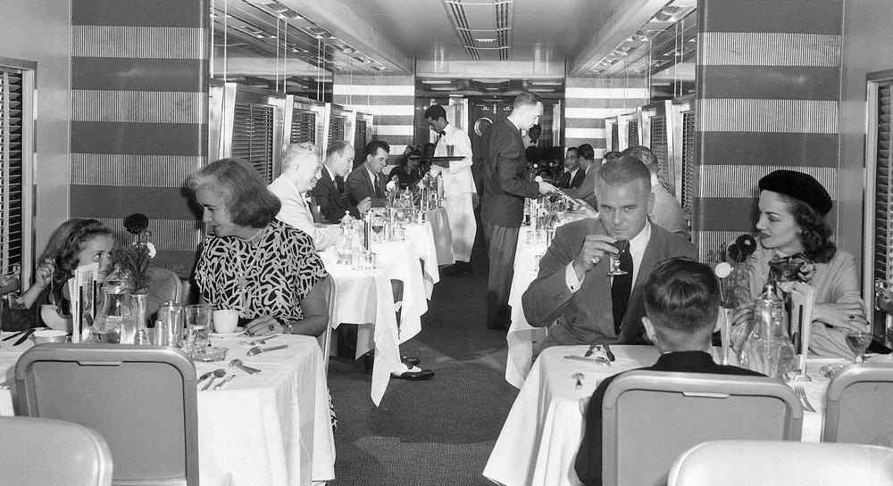 Bildet viser en restaurantvogn på toget. Interiøret er designet av Henry Dreyfuss.