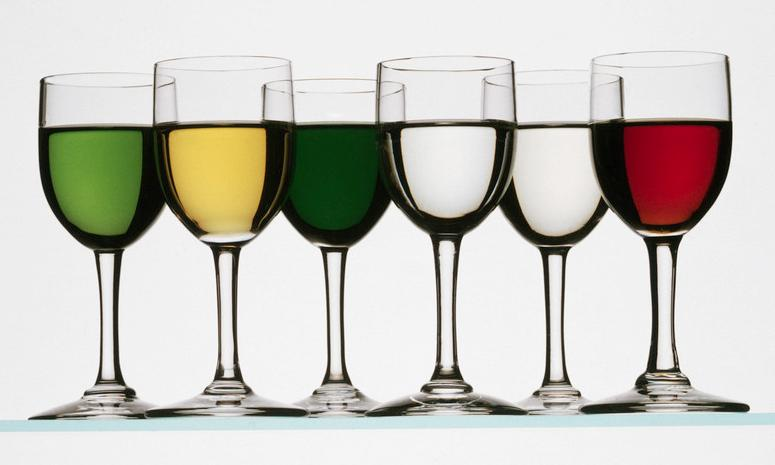 Bilde av 12 glass med forskjellige likører.
