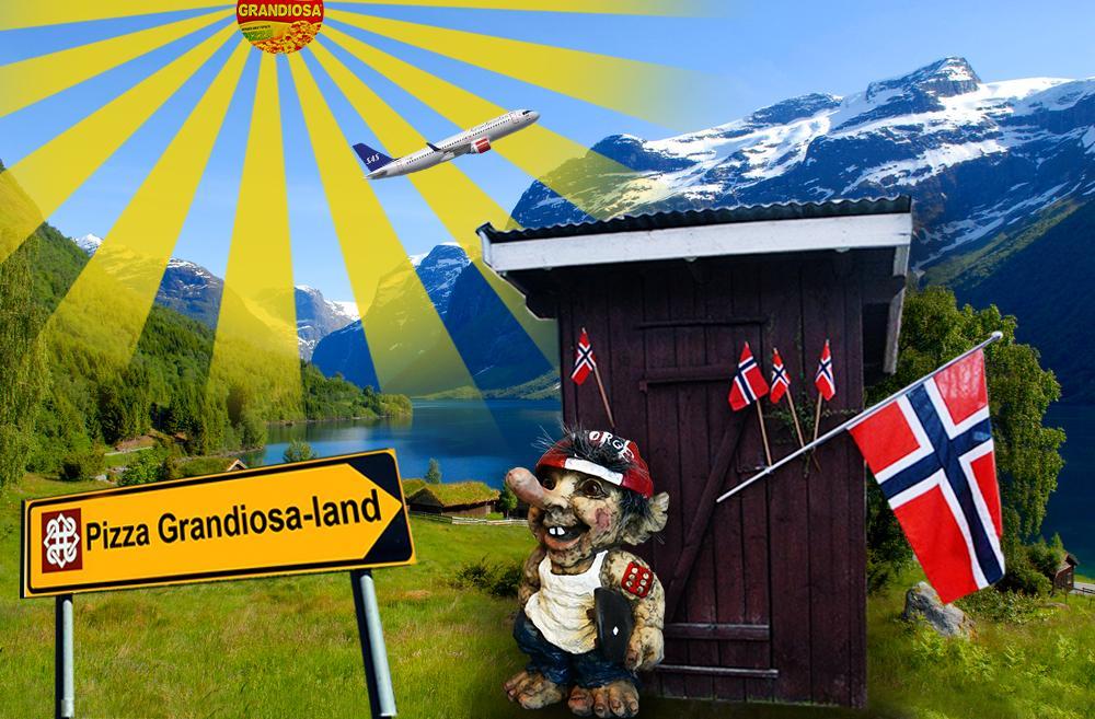 Utedo, troll, norske flagg, fjell og sol. Foto.