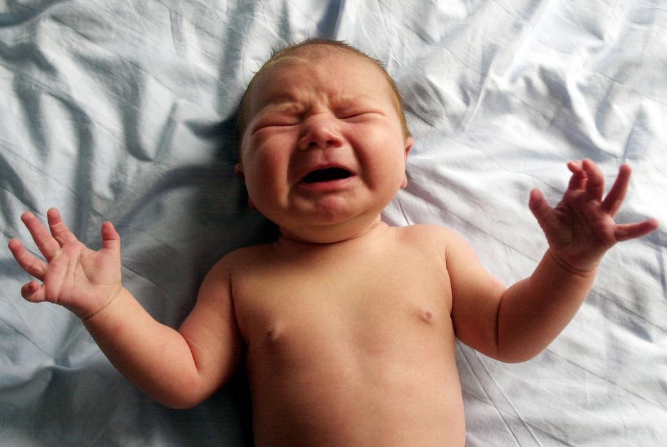 Gråtende nyfødt baby. Foto.