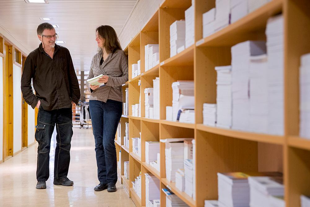 Samfunnsforskere og hyller med rapporter