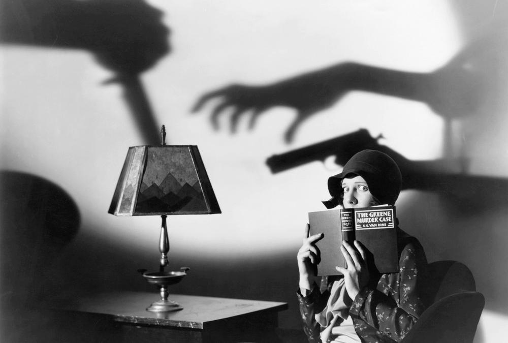 Kvinne leser skummel bok