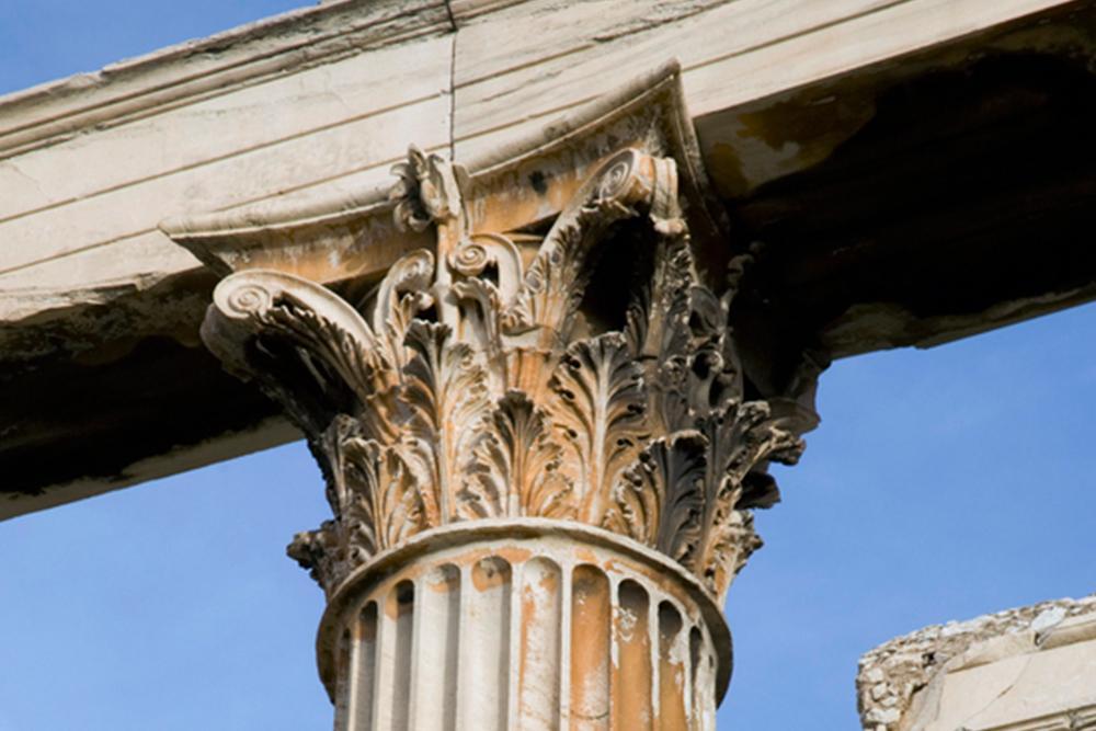 De korintiske søylene er smykket med akantusblader, og dekkplaten er lik på alle sidene med hjørnene hvilende på små volutter.