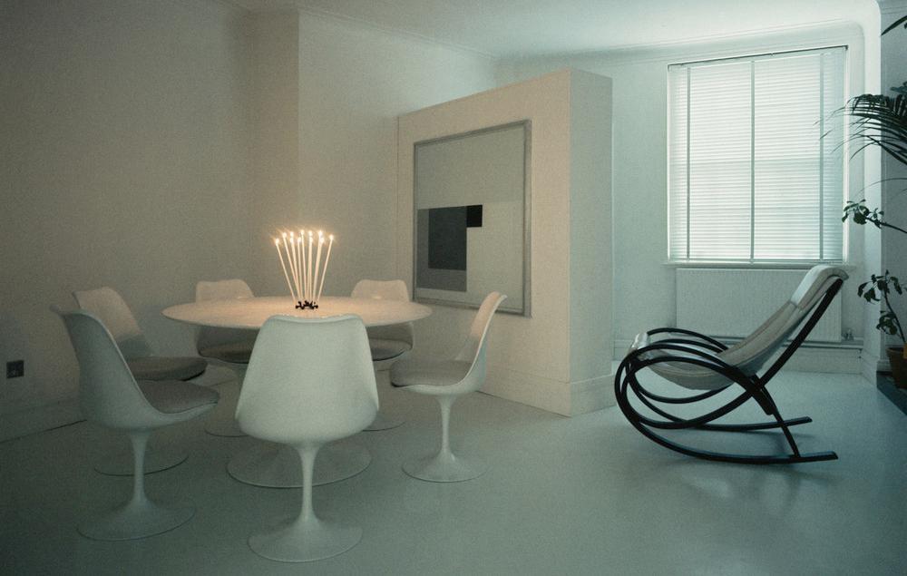 Interiør med Tulipanstolen som Eero Saarien har designa. Foto