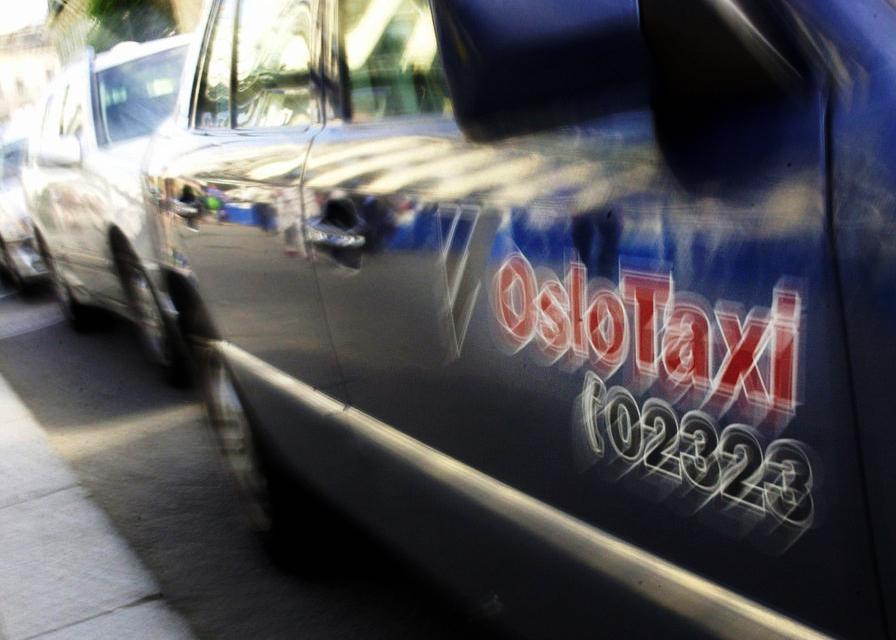 Rad med drosjer i gateperspektiv. foto.