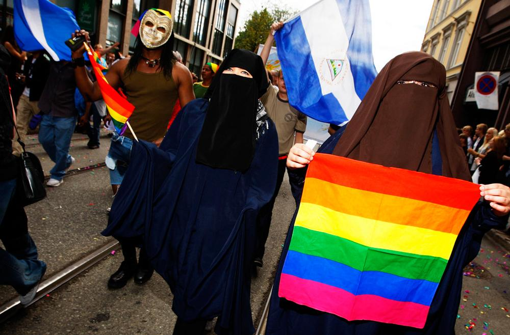 Med burka og homoflagg. Foto.