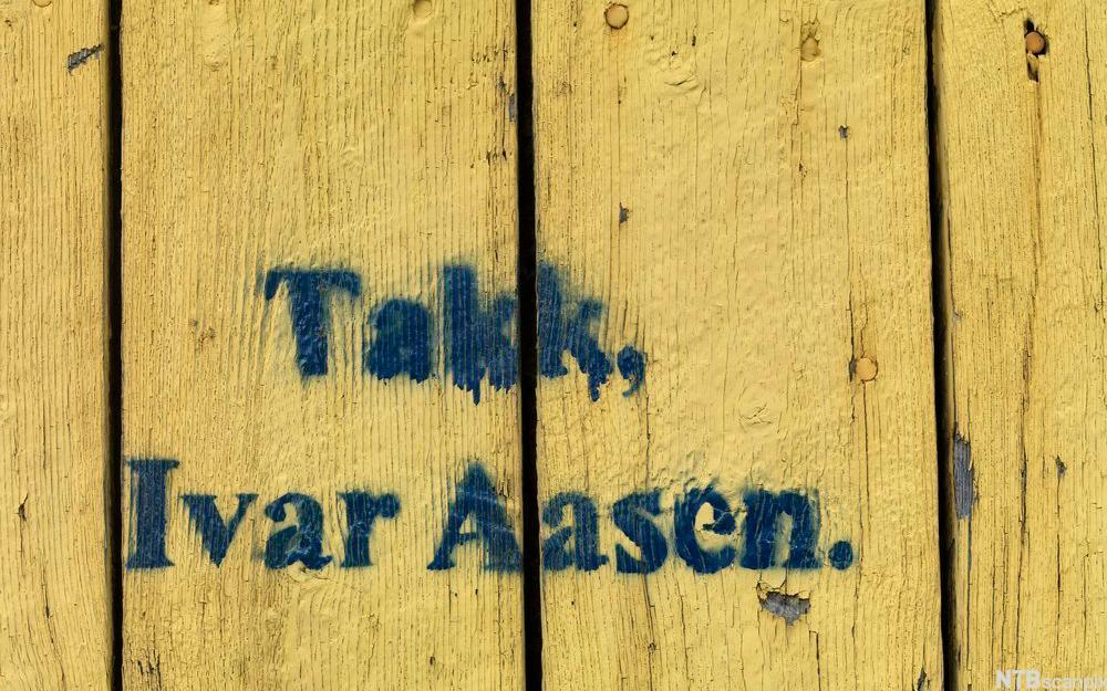 Låvevegg med takk til Ivar Aasen. Foto.